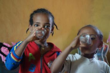 Ethiopian_Girls drinking filtered water