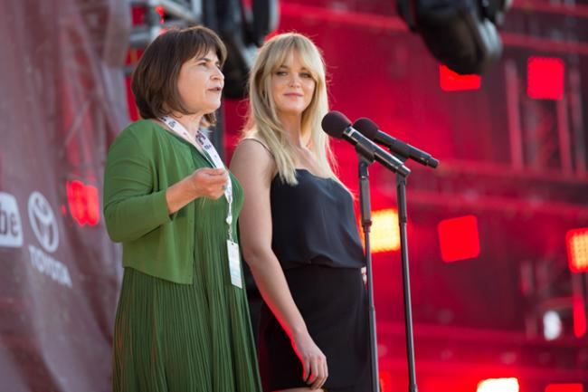 Dutch Minister for Foreign Trade and Development Cooperation Lilianne Ploumen (left) and model Erin Heatherton at Global Citizen 2015 Earth Day