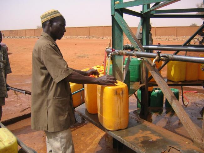 Filling jerry cans with water in Niger