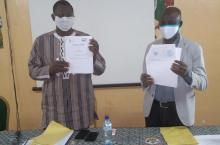 Mayor and project manager sign the project agreement in Banfora