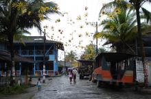 Vista de calle en pueblo de la Costa Pacífica colombiana
