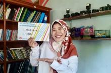 Khorik Istiana with the award prize