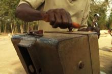 Onderhoud aan een waterpomp in Ghana