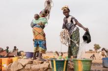Des femmes puisant de l'eau