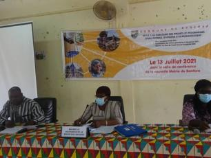 De g. à dr., Siaka Soulama, deuxième adjoint au Maire de Banfora, Kouara Apiou/Kaboré, Gouverneur de la Région des Cascades, Ben