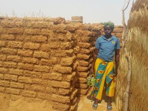 Femme sortant de latrine