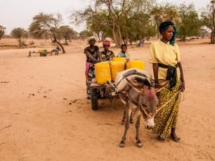 Woman fetching water in northern Burkina - © IRC Burkina