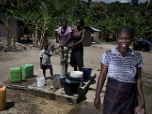 Ghana - women at water point