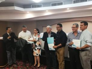 Mayors receive a certificate of recognition for their participation in the Forum with Mayors Honduras