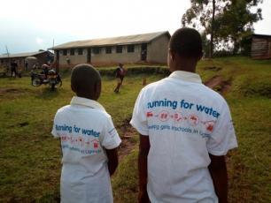 Leden van het sanitatie & health team van Burungu basisschool
