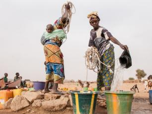 Women fetching water in Sahel