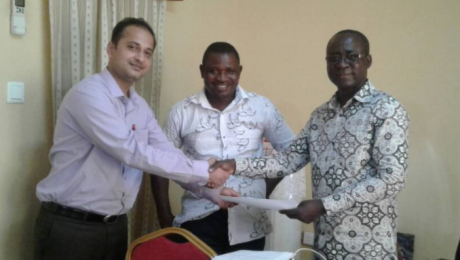 Myank Midha (left) gets go-ahead from Director of Waste Management for Urban Slum Projects in Accra